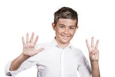 Der glückliche Jugendliche, der acht Finger zeigt, nummerieren Geste 8 Lizenzfreies Stockfoto