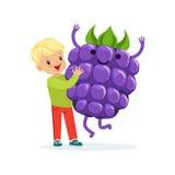 Der glückliche Junge, der Spaß mit frischer lächelnder Brombeere, gesundes Lebensmittel für Kinderbunte Charaktere hat, vector Il stock abbildung