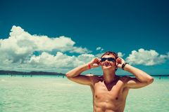 Der glückliche lächelnde Mann in den Schwimmenschutzbrillen Sommerstrand genießend machen Urlaub Zeit zu reisen Druck geben frei  Stockfotografie