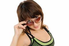 Der glückliche Mädchenjugendliche in den dunklen Gläsern Lizenzfreies Stockfoto