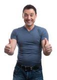 Der glückliche Mann, der Daumen gibt, up Zeichen lizenzfreies stockfoto