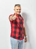 Der glückliche Mann, der Daumen zeigt, up Zeichen lizenzfreie stockfotos