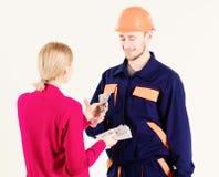 Der glückliche Reparaturhauer erhalten Gehalt für Arbeit Zahltag und Zahlungskonzept stockfoto