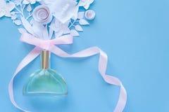 Der glückliche Tag der Mutter! Kartenkonzept Blumen, Duft, Parfüm vektor abbildung