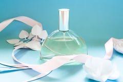 Der glückliche Tag der Mutter! Kartenkonzept Blumen, Duft, Parfüm mit Papierblume stockfotos