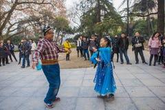 Der glückliche Xinjiang-Tanz im Nanjing-xuanwu Seepark lizenzfreie stockfotografie