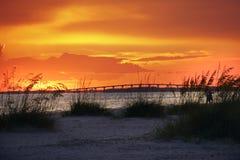 Der glühende orange Sonnenuntergang über der Brücke, die das zu Inseln Sanibel und Captiva von Ft führt Myers Beach, Florida Lizenzfreie Stockfotos