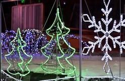 Der glühender Weihnachtsbaum und Schneeflocke, die von der Diode gemacht werden, schreiben Stockfoto