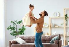 Der gl?ckliche Vatertag! Familienvati- und -kindertochter Prinzessintanzen stockfoto