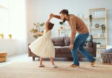 Der gl?ckliche Vatertag! Familienvati- und -kindertochter Prinzessintanzen stockbilder