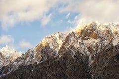 Der Gl?ttungssonnenglanz auf dem Gipfel lizenzfreies stockbild