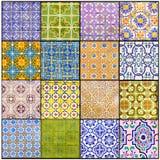 Der glasierte Portugiese deckt Collage, schönes altes Azulejos, Portugal-Straßen-Kunst, handgemachte, vibrierende Farben, Beschaf Stockfotografie