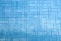 Der Glastrennvorhang, der das Baiyun reflektiert Stockfotografie
