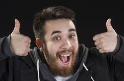 Der glückliche junge Mann, der Daumen zeigt, Up Zeichen Lizenzfreie Stockfotografie