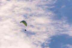 Der Gleitschirm mit einer grünen Flügel- und Bewegungsan Rückseite Lizenzfreies Stockbild