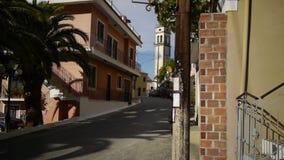 Der Glockenturm auf der Straße in der alten griechischen Stadt stock footage