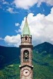 Der Glockenturm, der in den Bergen steht Stockfoto