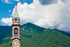 Der Glockenturm, der in den Bergen steht Stockfotos
