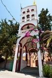 Der Glockenturm des Klosters von Panagia Kalyviani am 25. Juli auf der Kreta-Insel, Griechenland Das Monaster Lizenzfreie Stockfotos