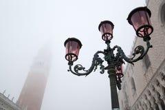 Der Glockenturm und der Palast des Doges am Nebel lizenzfreies stockbild
