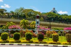 Der Glockenturm und die Blumen, im Abstand der Tempel BEM Kanada Hügel Miri-Stadt, Borneo, Sarawak, Malaysia Lizenzfreies Stockfoto