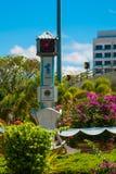 Der Glockenturm und die Blumen, im Abstand der Tempel BEM Kanada Hügel Miri-Stadt, Borneo, Sarawak, Malaysia Lizenzfreie Stockfotografie