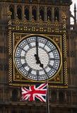 Der Glockenturm und die britische Markierungsfahne Stockfotos