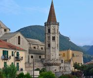 Der Glockenturm von San Biagio Basilica, Finalborgo Stockbilder