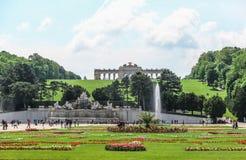 Der Gloriette-Hügel und der Neptun-Brunnen in Schonbrunn-Palast arbeiten, Wien im Garten Lizenzfreie Stockfotos