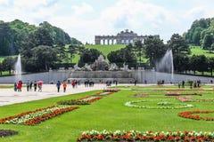Der Gloriette-Hügel und der Neptun-Brunnen in Schonbrunn-Palast arbeiten, Wien im Garten Stockbilder