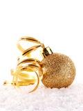 Der goldene Ball des neuen Jahres auf Schnee mit einem Band Stockfoto