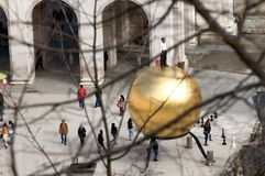 Der goldene Ball mit einem Mann auf die Oberseite in Salzburg Lizenzfreie Stockbilder