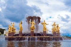 Der goldene Brunnen der Freundschaft der Völker, VDNH, Moskau stockfoto