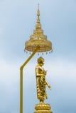 Der goldene Buddha auf dem hellblauen Himmel Stockbild