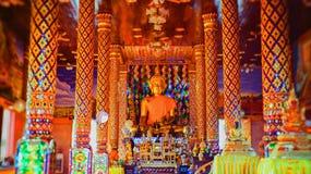 Der goldene Buddha in einem thailändischen Tempel, Kirche des Tempels, bunte Bildart, selektiver Fokus auf Bild von Buddha Lizenzfreies Stockbild