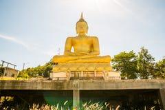 Der goldene Buddha an Phu-salao Tempel, der den Mekong übersieht stockfotos