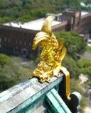 Der goldene Fisch, der das Dach des japanischen Tempels verziert und verkörpert Ausdauer und Stärke stockfoto