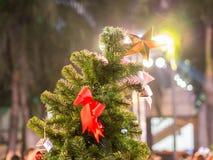 Der goldene Stern auf Weihnachtsbaum Stockfotografie