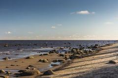 Der Golf von Riga Es ist ein felsiges Ufer, ZeugeEiszeit Lizenzfreie Stockbilder