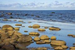 Der Golf von Riga Es ist ein felsiges Ufer, ZeugeEiszeit Lizenzfreie Stockfotos