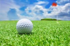 Der Golfball nahe dem Loch Stockfotos