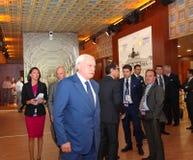 Der Gouverneur von St Petersburg Georgy Poltavchenko im italienischen Pavillon am St- Petersburginternationalwirtschaftsforum Lizenzfreie Stockfotos