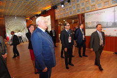 Der Gouverneur von St Petersburg Georgy Poltavchenko im italienischen Pavillon am St- Petersburginternationalwirtschaftsforum Lizenzfreies Stockfoto
