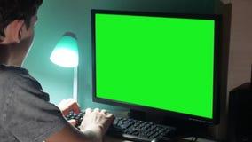 Der grüne des Schlüssels Teenager zuhause, der Computernahaufnahme spielt, übergibt das Spielvideo, das zurück sitzt Junger Stude stock footage