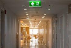 Der grüne Fluchtweg unterzeichnen herein das Krankenhaus, welches die Weise zeigt zu entgehen Stockbilder