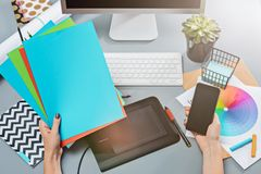 Der graue Schreibtisch mit Laptop, Notizblock mit Leerbeleg, Topf der Blume, Griffel und Tablette für das Überarbeiten Lizenzfreies Stockbild