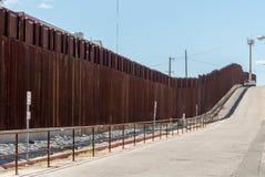 Der Grenzzaun zwischen Arizona und Mexiko lizenzfreies stockfoto