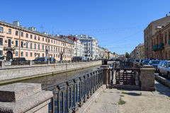 Der Griboyedov-Kanaldamm Stockbild