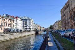 Der Griboyedov-Kanaldamm Lizenzfreies Stockfoto