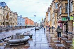 Der Griboyedov-Kanaldamm nahe der Kirche des Retters auf dem verschütteten Blut unter Regen Stockbild